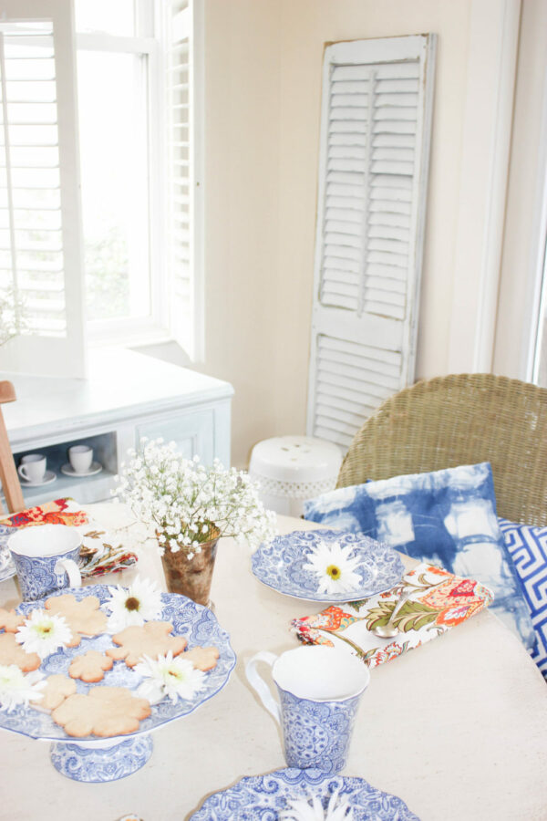 Learn How To Mix and Match For Pretty Tablescape Ideas