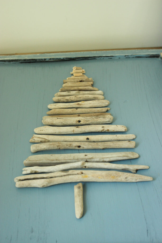How to arrange driftwood pieces for driftwood Christmas tree craft