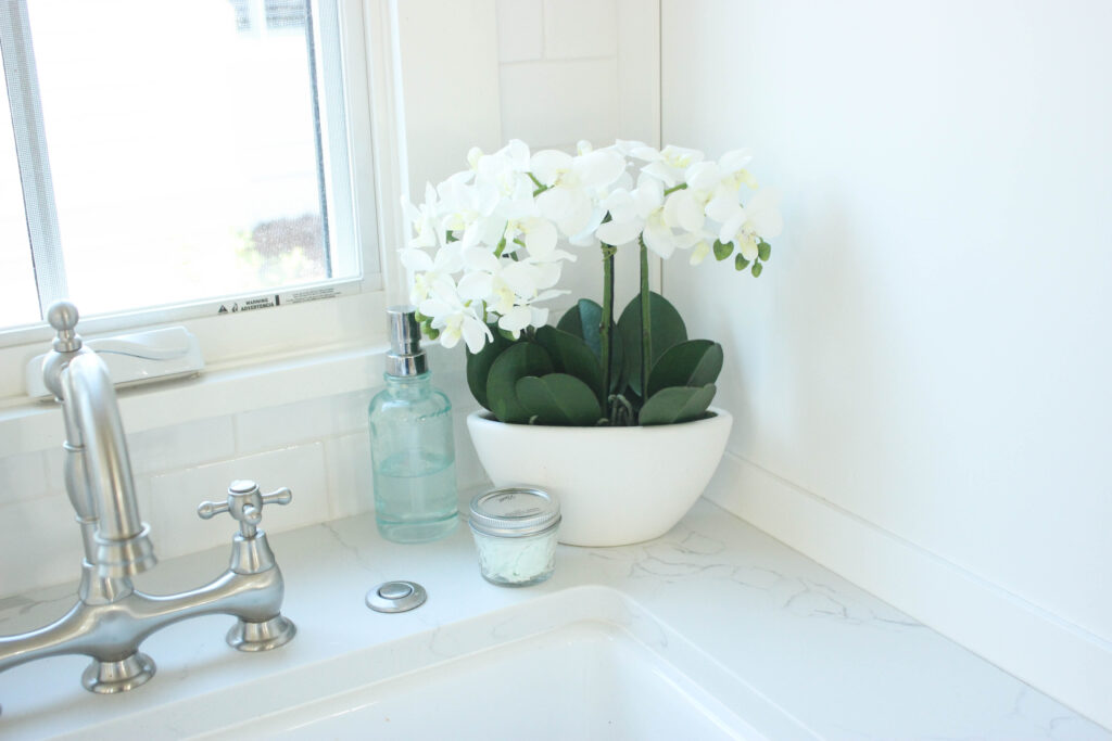 Laundry room:Simple Ways To Decorate With Faux Flower Centerpieces